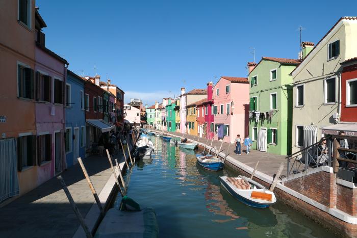 De straten zijn bizar smal, net als in Venetië zelf. Hier valt het nog wel mee, maar als je in de verte kijkt zie je het super smal worden. Echt een gek idee dat hier gewoon mensen wonen...