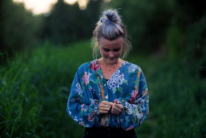 Outfit | Zomerse dagen, wild haar & een bloemen blouse